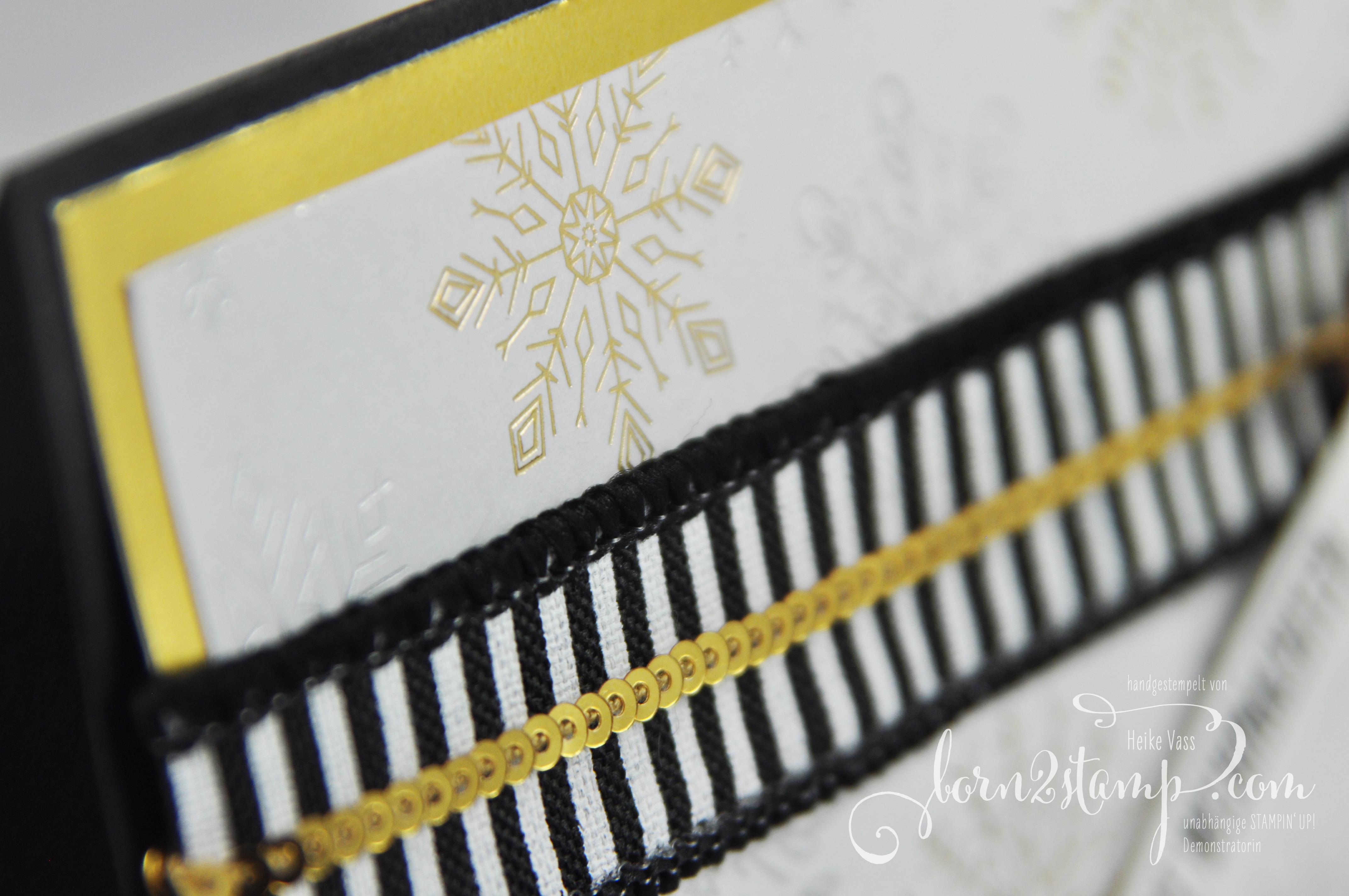 born2stamp STAMPIN' UP! Weihnachtskarte – DSP Winterfreuden – Thinlits Festtagsdesign – Wie zuhause – Gestreiftes Geschenkband
